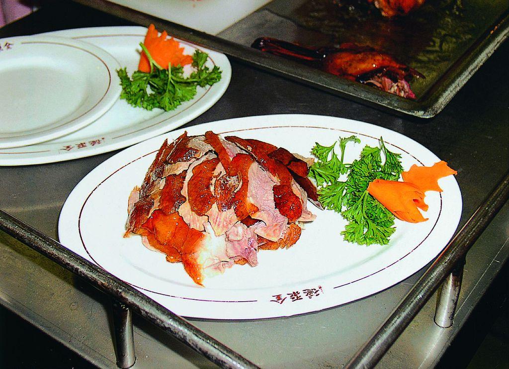 """""""全聚德""""不仅以烤鸭而饮誉海内外,而且以全鸭席、特色菜、创新菜、名人宴为代表的系列精品菜肴形成了全聚德海纳百川的菜品文化。"""