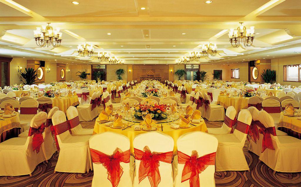 """北京龙熙温泉度假酒店位于北京南郊大兴庞各庄,是一座以时尚、健康、休闲、高雅为概念的度假酒店。它以三十八万平方米的龙熙顺景豪华别墅区为背景,怀抱加州阳光海岸风格的""""水世界""""景观,坐拥千亩高尔夫球场翠景,风光无限。"""