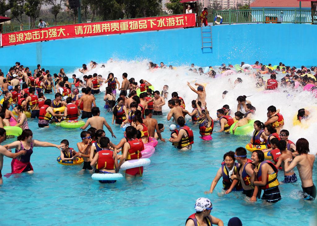 这里是全球最大的冲浪池,能同时容纳万人冲浪!当数米高的大浪席卷而来,人在水中如浮萍随浪起伏。请不要担心,这并不是真实的大海啸,请随着DJ音乐的节奏随浪狂欢,尽情疯狂的发泄心中的压力吧!