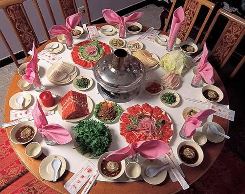 东来顺增添了爆、烤、涮羊肉和炒菜,同时更名为东来顺羊肉馆。他想方设法高报酬挖来前门外正阳楼饭庄的一位名厨帮工传艺,使东来顺的羊肉刀工精湛,切出后铺在青花瓷盘里,盘上的花纹透过肉片隐约可见。
