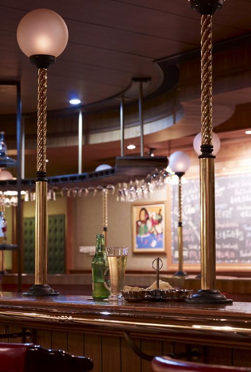 北京丽亭华苑酒店是一家集住宿、餐饮、商务、会议、旅游等服务为一体的涉外酒店。酒店拥有装修豪华、高雅、环境舒适的各类客房,房间装饰明亮宽敞,设施设备齐全,均配备免费上网端口,以满足各类宾客的服务需求。