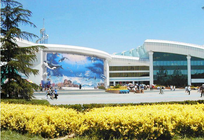 坐落在北京动物园内,南倚长河,毗邻北京展览馆,天文馆和首都体育馆