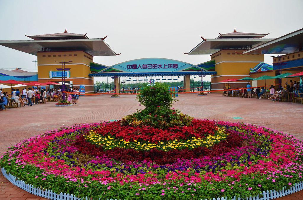 北京欢乐水魔方嬉水乐园是目前全球规模最大、游乐设施最先进、设备数量最多的顶级水上主题公园,位于北京市丰台区小屯路,占地500亩。 全球最大的万人海啸造浪池、惊险的龙卷风滑道、刺激的尖峰极速滑道、亚洲最大的黑暗漩涡等项目······形成最富有激情、最充满动感的巨型水上狂欢乐园。