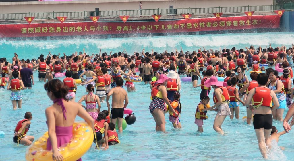 北京欢乐水魔方嬉水乐园是目前全球规模最大、游乐设施最先进、设备数量最多的顶级水上主题公园,位于北京市丰台区小屯路,占地500亩。 全球最大的万人海啸造浪池、惊险的龙卷风滑道、刺激的尖峰极速滑道、亚洲最大的黑暗漩涡等项目……形成最富有激情、最充满动感的巨型水上狂欢乐园。