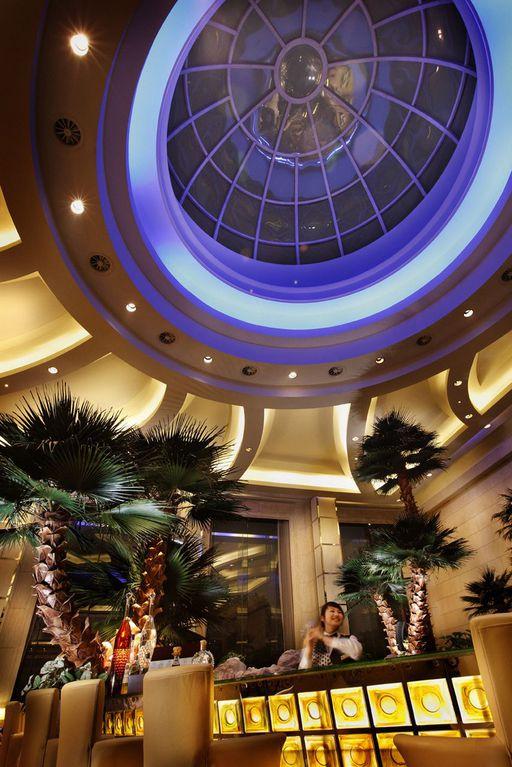 """北京五洲皇冠假日酒店是坐落于北京城北部的豪华酒店,地理位置优越,毗邻北京国际会议中心且步行可达奥林匹克公园及鸟巢体育场。酒店距离北京首都国际机场只有短短25分钟车程,而距离上地高科园和北京""""硅谷""""中关村仅10分钟车程。"""