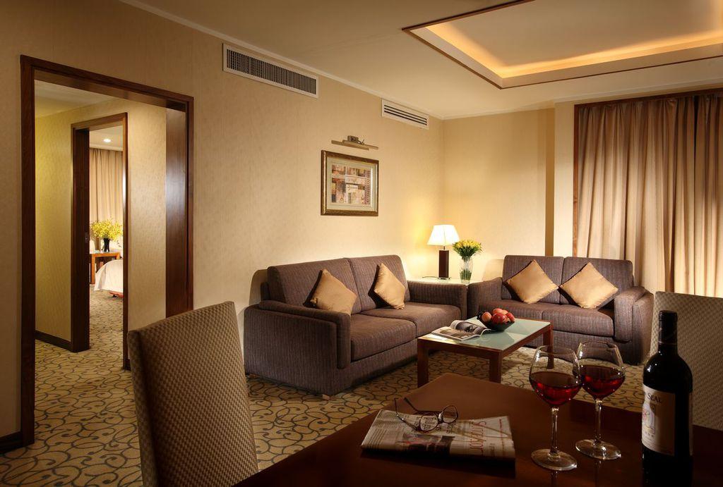 北京金都假日酒店位于北京金融区,毗邻证券机构、四川大厦、国企广场、平安大厦和主要购物中心,并靠近国家各主要部委及钓鱼台国宾馆。酒店拥有346间装修典雅,设施完备的客房。北京金都假日酒店为客人提供现代化设施和个性化服务,实为商务及旅游客人在北京的首选饭店。<BR/>