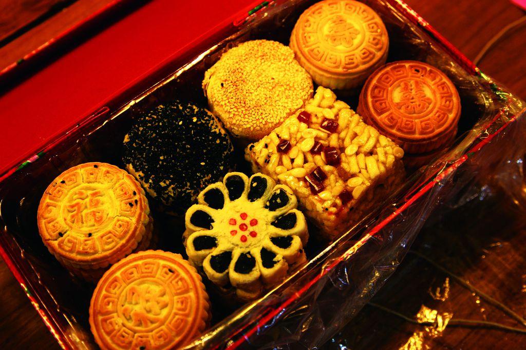 """""""京八件""""就是八种形状、口味不同的京味糕点,今后国内外宾客来京旅游时京八件,除了游故宫、登长城、吃烤鸭以外,返程时还可以带回去精美的""""京八件""""。<BR/>""""京八件""""是京式糕点中最具特色的传统产品。在清代,它一直是皇室、王族祭祀、典礼的供奉食品和红白喜事乃至日常生活中不可缺少的礼品及陈列品。"""