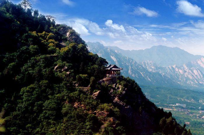 鹫峰位于海淀区北安河乡.原名秀峰,因岭头如一只兀立的雄鹫得名.