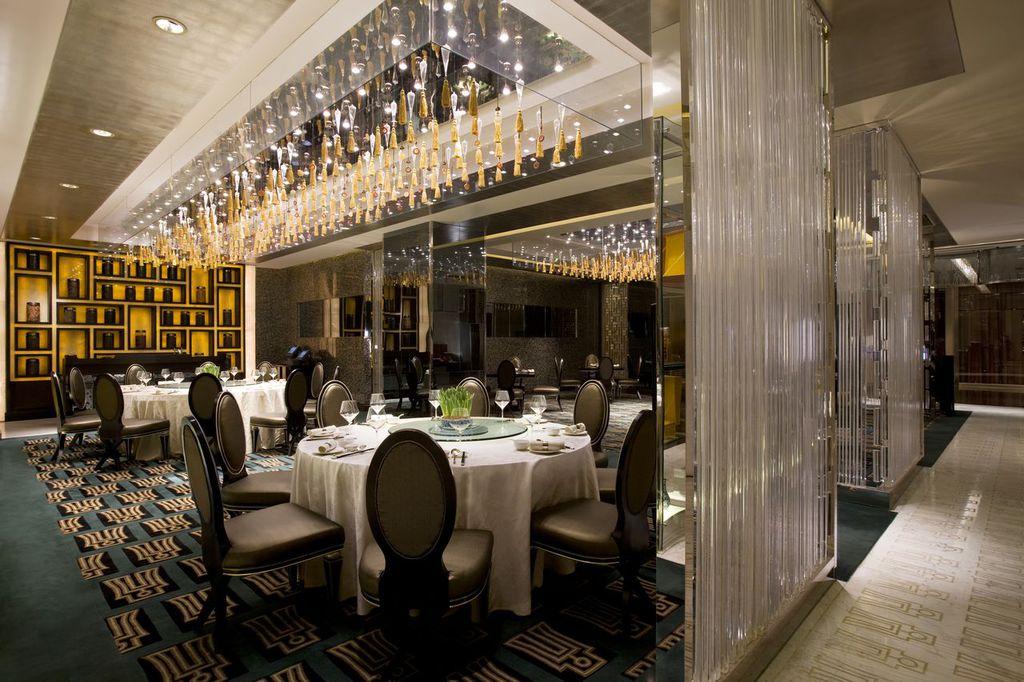 北京万豪酒店是由万豪集团管理的一家豪华型涉外酒店,酒店临近北京火车站,周边高档商厦林立。国家各大部委环绕周围。门前公交线路发达,交通十分便利。酒店特别为商务旅游者设计的房间宽敞舒适。特色贵宾服务及SPA设施完善。 酒店的主要建筑特色在于其建在著名的明城墙遗址公园。